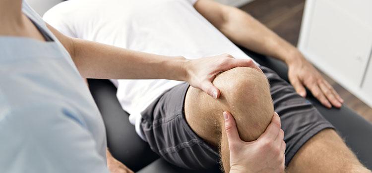 Behandlung Knie Mann