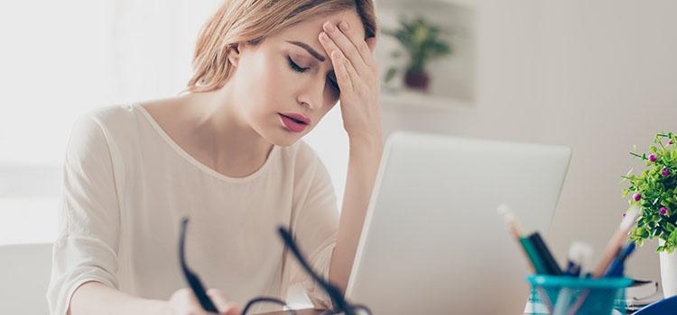 gestresste frau sitzt vor laptop