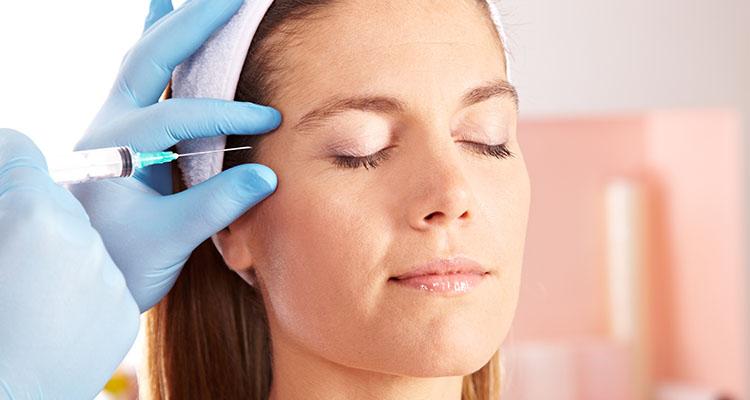 Unterspritzung Augenfalten Frau