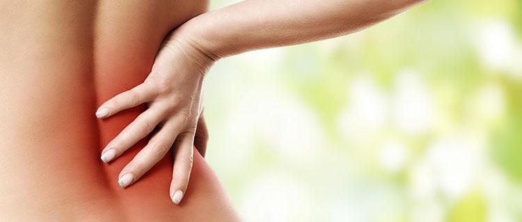 nackter Rücken Frau Schmerzen unterer Rücken