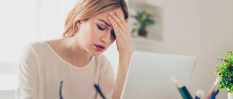 Frau gestresst am Laptop